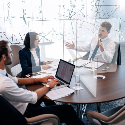 Plexi Scherm Bureau ViewCross – voorbeeld in vergaderruimte