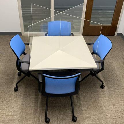 ViewCross Plexi Scherm Bureau - voorbeeld in vergaderruimte
